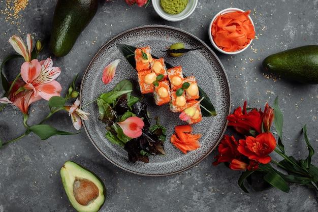 Sushi roll au saumon thon avocat crevette royale fromage à la crème philadelphia caviar tobica chuka. carte de sushis. nourriture japonaise.