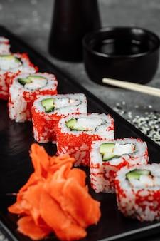 Sushi roll california avec crevettes, avocat et fromage. sushi japonais traditionnel.