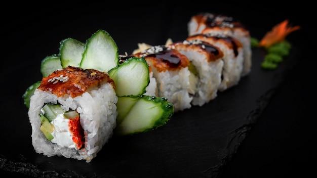 Sushi roll dragon sur pierre noire