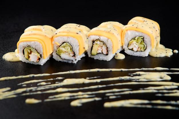 Sushi roll fruits de mer. livraison de sushi depuis le restaurant. de délicieux sushis japonais frais avec avocat, concombre, crevettes et caviar