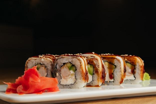 Sushi roll (maguro) aux crevettes et anguille fumée