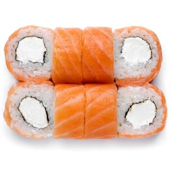 Sushi rolls california sertie de saumon, fromage isolé sur fond blanc. ensemble de sushis de livraison de nourriture japonaise.