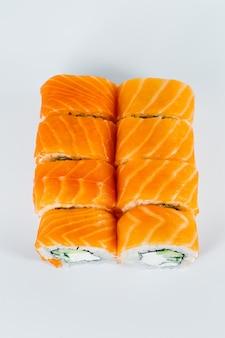 Sushi rolls philadelphia classic avec du saumon frais et du fromage à la crème. cuisine traditionnelle japonaise