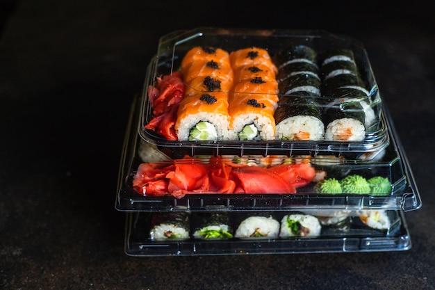 Sushi rolls saumon poisson poisson volant oeufs légumes