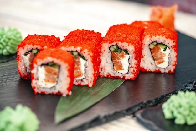 Sushi roule sur fond sombre