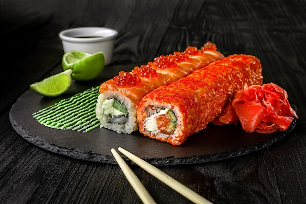 Sushi de rouleau de philadelphie avec le menu de sushi de fromage à la crème de concombre de saumon cuisine japonaise