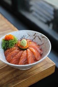 Sushi de saumon don sur table en bois, cuisine japonaise