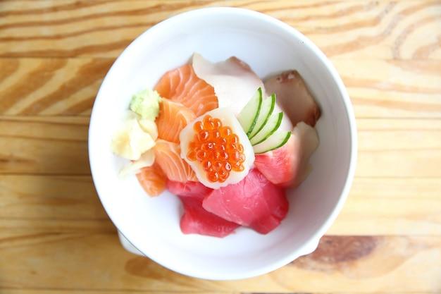Sushi de saumon avec du riz sur fond de bois