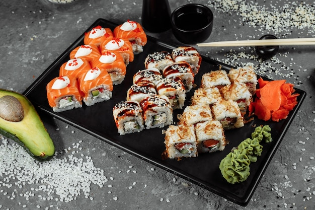 Sushi sertie d'ingrédients frais sur fond gris. carte de sushis. nourriture japonaise.