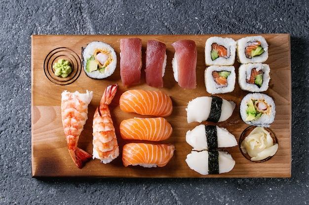 Sushi set nigiri et petits pains
