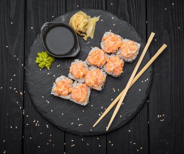 Sushi set nigiri et rouleaux de sushi servis sur ardoise pierre noire