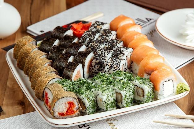 Sushi set saké philadelphie maki ura maki vue latérale