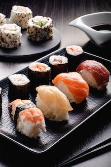 Sushi set sashimi et rouleaux de sushi servis