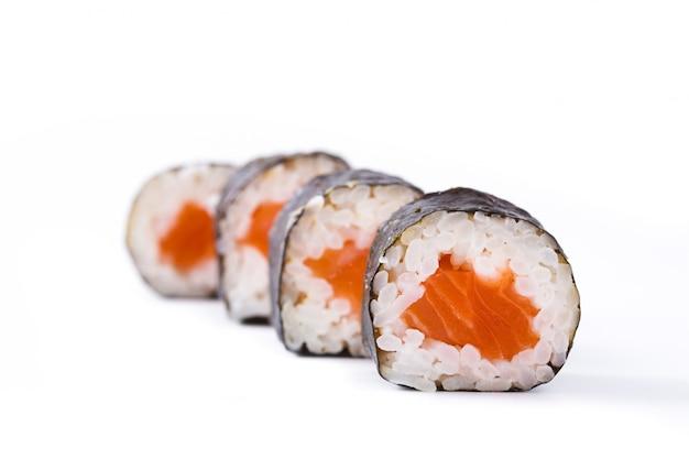 Sushi sur une surface blanche