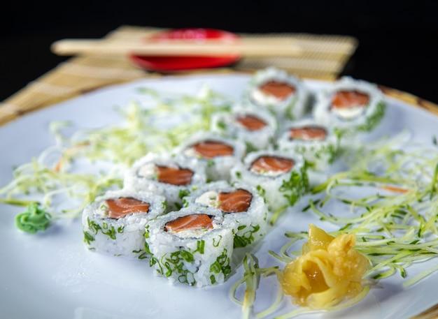 Sushi uramaki saumon cuisine japonaise avec riz