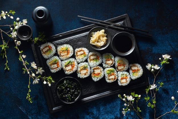 Sushi vegan au tofu sauce general tso, avocat et légumes frais