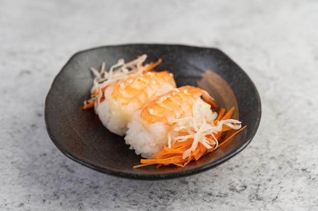 Les sushis sont joliment disposés dans l'assiette.