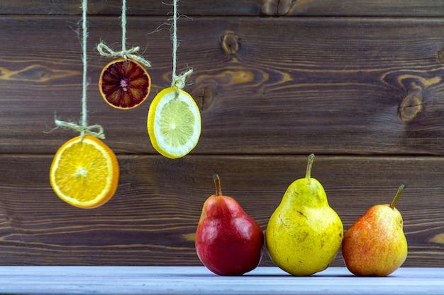 Suspendu à des cordes de rondelles de citron, d'orange et de citron vert