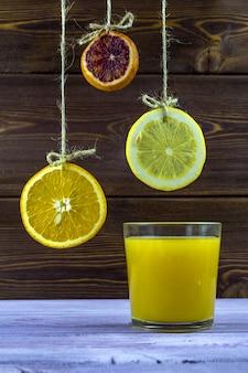 Suspendu à des fils de citron, d'orange et de citron vert