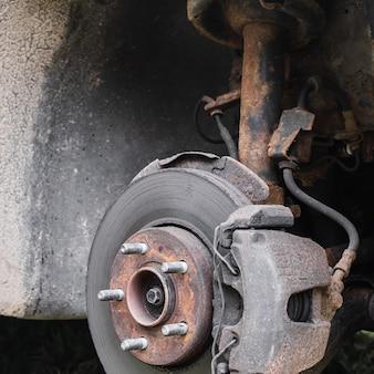 Suspension de voiture de roue arrière. disque de frein et moyeu de roue d'une voiture. stock photo