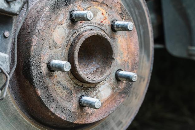 Suspension de voiture de roue avant. disque de frein et moyeu de roue d'une voiture. stock photo