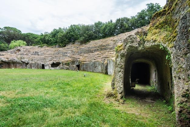 Sutri dans le latium, italie. l'amphithéâtre creusé dans la roche de la période romaine