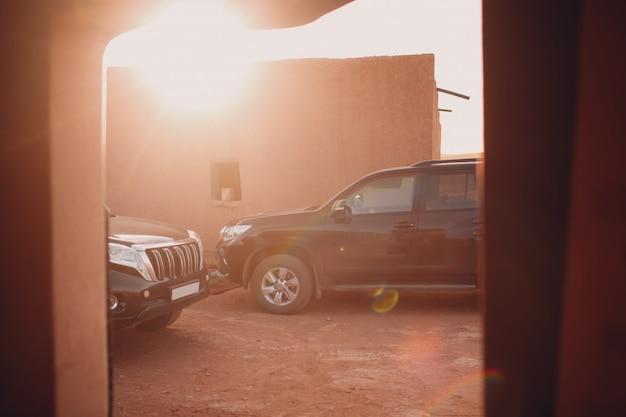 Suv dans les oazis du désert au bâtiment. sahara, maroc.