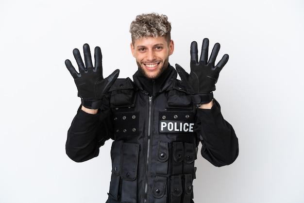 Swat homme de race blanche isolé sur fond blanc comptant dix avec les doigts