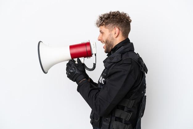 Swat homme de race blanche isolé sur fond blanc criant à travers un mégaphone
