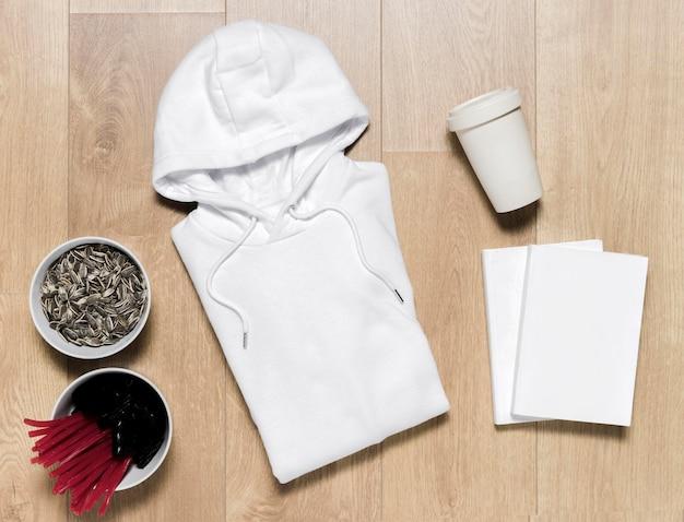 Sweat à capuche et bol avec des graines à côté