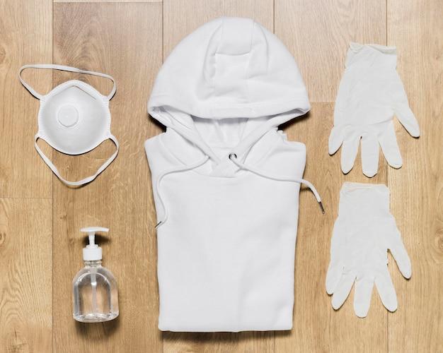 Sweat à capuche avec chaussures et gants et désinfectant