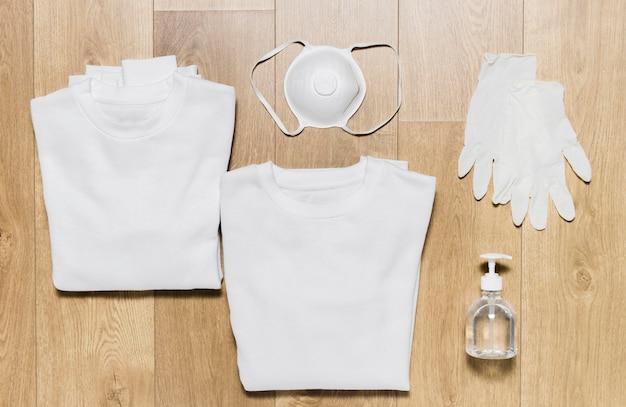 Sweat à capuche avec gants et désinfectant à côté
