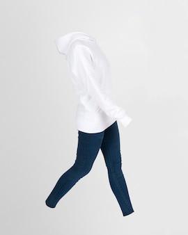 Sweat à capuche et jeans