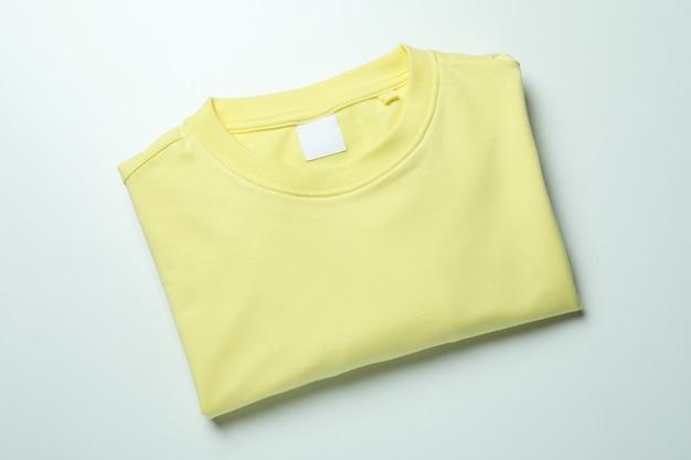 Sweat jaune sur blanc