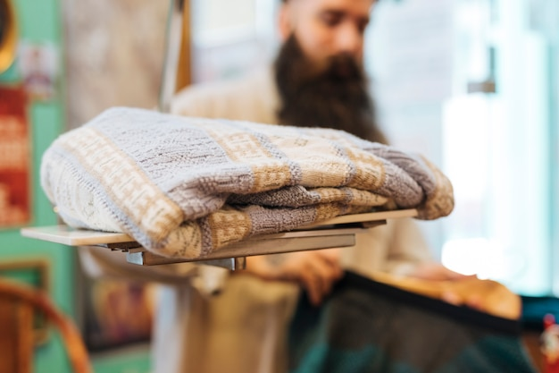 Sweat-shirt sur des balances devant un homme dans le magasin de vêtements