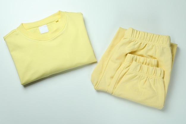 Sweat-shirt plié et pantalons de survêtement sur blanc