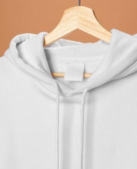 Sweat-shirt de sport blanc avec étiquette de vêtements close-up