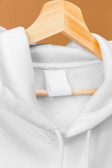 Sweat-shirt de sport blanc gros plan avec étiquette de vêtements