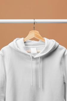 Sweat de sport blanc avec étiquette de vêtements