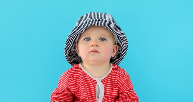 Sweet baby au chapeau d'été