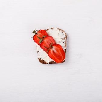 Sweet sandwich au fromage à la crème avec des fraises