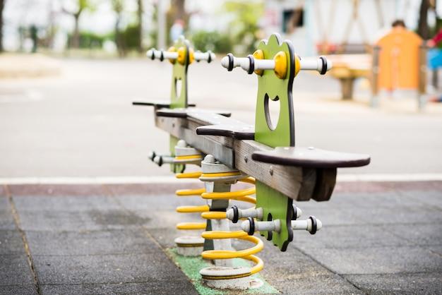 Swing coloré dans une aire de jeux pour enfants
