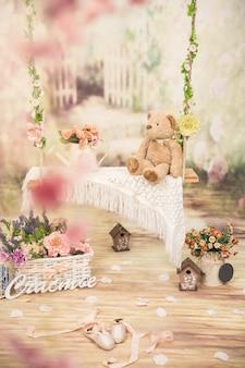 Swing avec des fleurs et teddy dans le studio