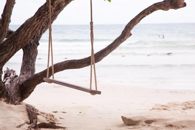 Swing sous un arbre.