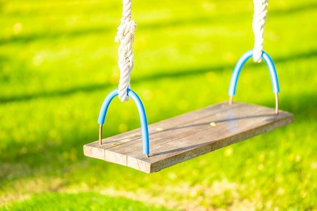 Swing vide dans le jardin