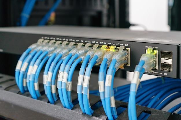 Switch réseau et câbles ethernet, data center concept.