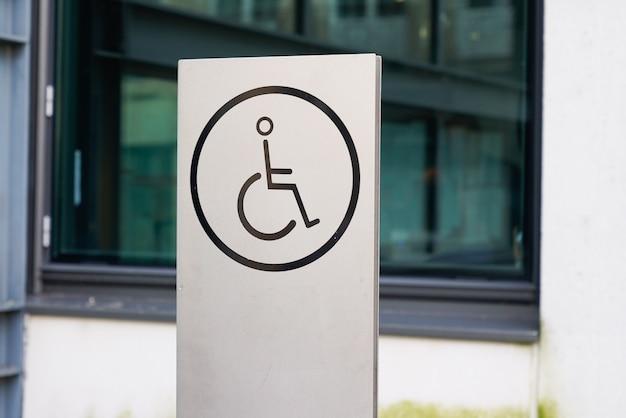 Symbole d'accès handicapé accessible aux fauteuils roulants signe bâtiment public