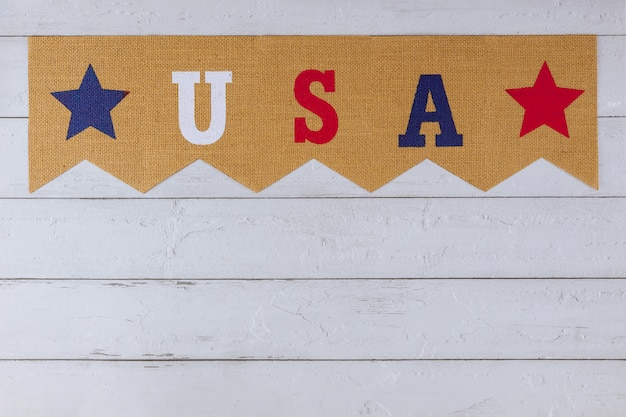 Symbole américain célébrant la fête des états-unis mot de lettres avec le jour des anciens combattants memorial day fête du travail jour de l'indépendance sur fond de bois
