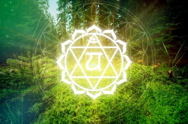 Symbole d'anahata chakra sur un fond naturel vert. c'est le quatrième chakra, également appelé le chakra du cœur
