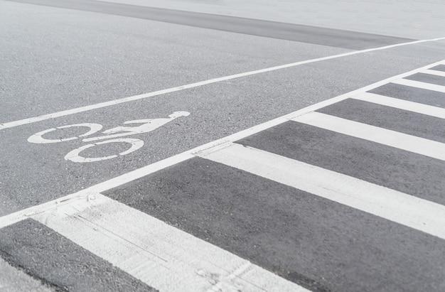 Symbole de bicyclette dans la rue, voie cyclable urbaine